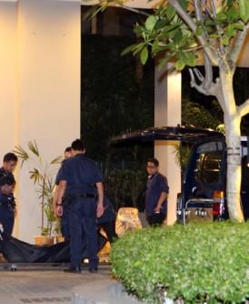 警员将死者遗体分别抬上两辆黑车,两辆黑车约在周日凌晨1时离开。