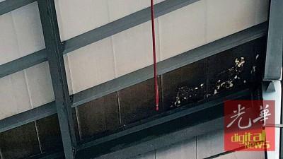 部分天花板结构,明显可见有烧毁的痕迹。