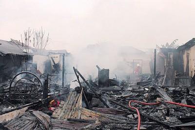 俱及公园墨宝路6其间半砖板木屋遭大火烧毁。