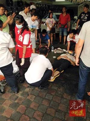 救护人员给华青施救。