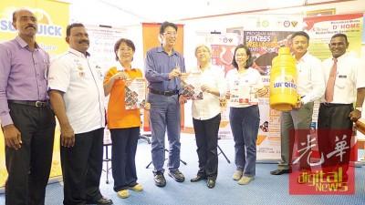 章瑛在吴丽莉(左三)、李金源及杨绿云(右三)等陪同下欢迎公众出席及参与健身及健康嘉年华会。