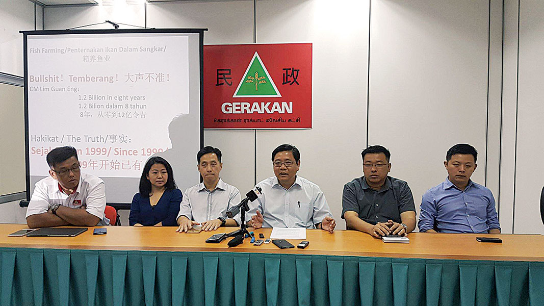 左起陈嘉亮、张锦菁、胡栋强、邓章耀、方志伟和卢界燊,揶揄林冠英和火箭州政府惯性抢功劳。