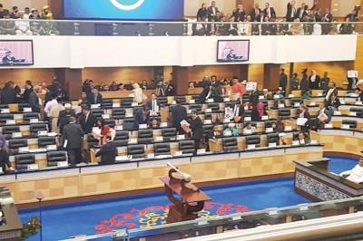 不满纳吉批评,反对党议员集体离席抗议。