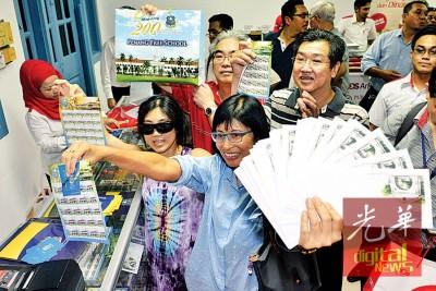 苏希拉(右2)展示她所购取得的20套首日封及邮票。