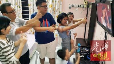 尽管获知佩玲止步总决赛后,曾淑娴(左起)、李益全、李炳辉、周洁蕙及子女仍继续为佩玲打气。