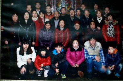 大前年百岁大寿那天,家里人还张罗给余婆婆过大寿,一大家族齐聚一堂。
