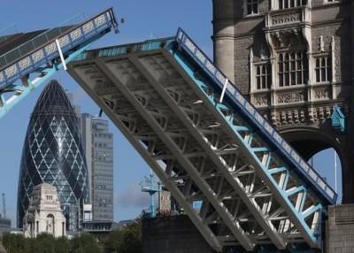 伦敦塔桥关闭多月进行维修。