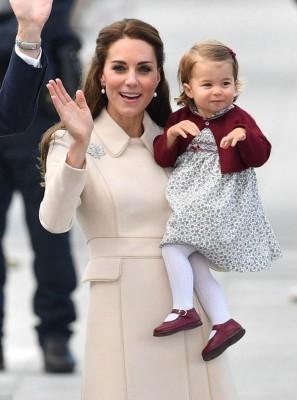 凯蒂抱着女儿。