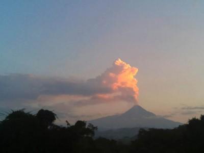 科利马火山上周五喷出火山灰和蒸气。
