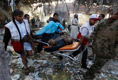 中空袭的殡仪馆屋顶被炸掉通,死伤枕藉。(法新社图片)