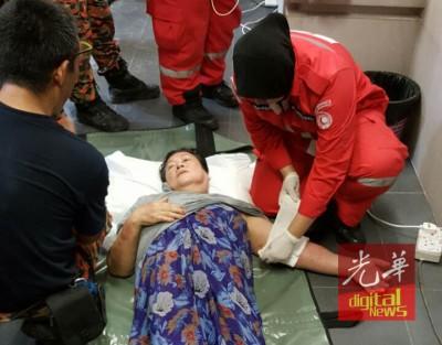 在场的拯救人员事后为老妇的左手提供及时护理。