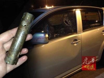 内部一面车镜遭遇击碎,车身也起遭踹踢的印痕。盗使用螺丝起子工具抛向车子,击碎车镜。