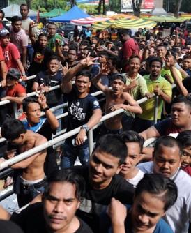 在亚罗士打,吉打州球队的球迷在达鲁阿曼体育馆大排长龙抢购决赛入门票。