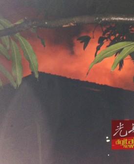 熊熊大火烧毁木屋,情况骇人。