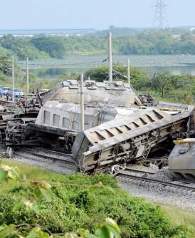 火车厢如叠罗汉撞成一团,幸未造成伤亡事件。