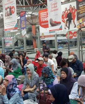 适逢屠妖节假期高峰时段,货运火车脱轨意外导致南山北下的火车载客服务受影响,许多乘客今早滞留吉隆坡中环车站,等候铁道公司的进一步安排。