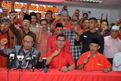 嘉玛(坐者中)与非政府组织代表支持反净选盟5集会。