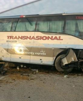 长途巴士撞上水泥隔离墩后,毁损不堪。(网络图片)