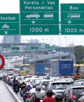 从11月1日开始,经柔佛入境大马的外国注册私家车都需缴付20令吉道路费。