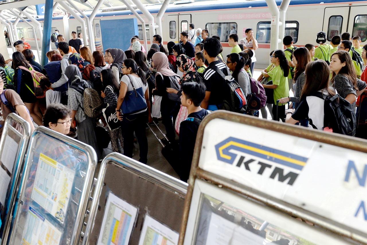 铁路不通,成千上万的乘客唯有弃火车而改搭巴士。