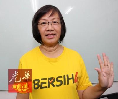 玛利亚陈在哥打马鲁都派发传单,被警方援引触犯印刷与出版法令逮捕。
