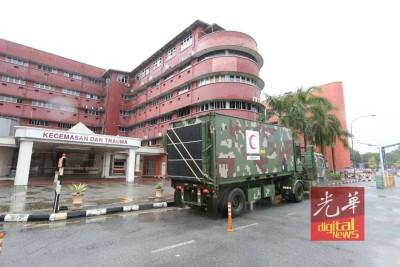 军用医疗车驶入医院范围,准备提供支援。