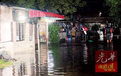 周二凌晨2小时的滂沱大雨豪雨导致水位高涨,其中北赖甘榜马尼斯水位达0.5公尺,所幸来得快去得也快,受影响的住户暂时尚不必迁离。
