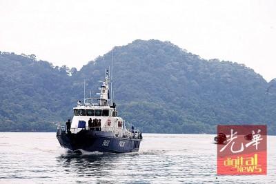 3艘警方快艇迅速赶往现场救援。