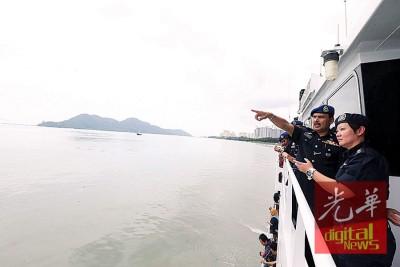 阿都拉欣(左)与新加坡警察海岸卫队行动部队陈龙凤警监一同观看海上演习。
