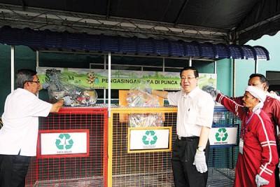 林冠英(受)、拉昔(左1)以及双溪里蒙班大乡村暨治安委员会主席莫哈最后纳兹里等,共开展垃圾分类。