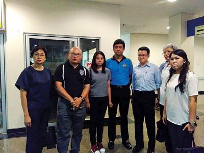 刘镇东(左5)联同数名行动党议州各到新山中央医院了解情况。
