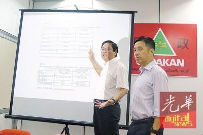 """邓章耀(左)在槟民政党第一副主席胡栋强陪同下展开第二波""""大声不准""""追击行动,出示计算方程式,较后反击说""""我的也是专才算的啦!"""""""
