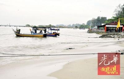 北海清洁海滨渔船靠岸停泊。