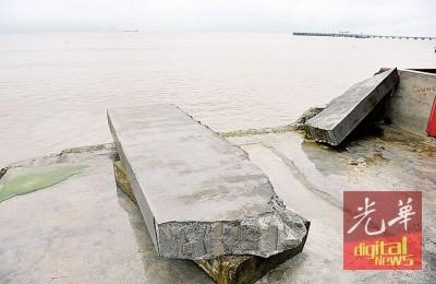 不堪海潮摧击,网寮及海鲜餐馆旁海岸防堤被毁倒下。