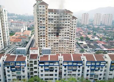 日落洞东方阁9楼一单位疑因电线短路导致火灾,所幸女屋主因刚生产完而在丈夫的陪同下到槟城中央医院检查,逃过一劫。
