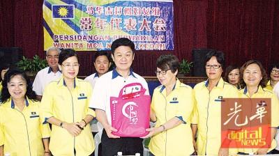 陈燕珠(右3)送纪念品予开幕人李志亮。