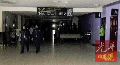 境内航班的到入口处漆黑一片。