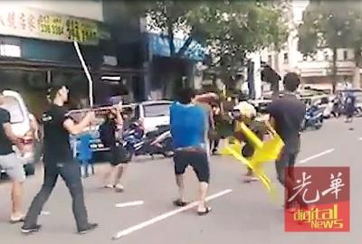 些微批人马在街上发生冲突,各级执工具攻击对方。