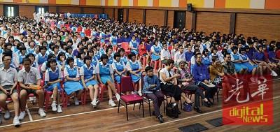 日新国中学生全神贯注观赏具有教育价值的电影。前排右起欧俊纬、白昀平、林钿洝、章瑛、董媄瑜、周立恩。