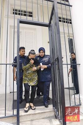 被判死刑的被告在庭警带领下离开法庭。