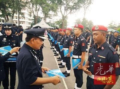 南利主持柔州警察总部10月份常月集会,并颁发表扬状给予表现卓越的警员。