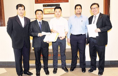 卢界燊(中者)周二以4号称党员陪同下至吉隆坡大庭,左起为杨锦成、王胜龙、依万帕和蔡高廷。