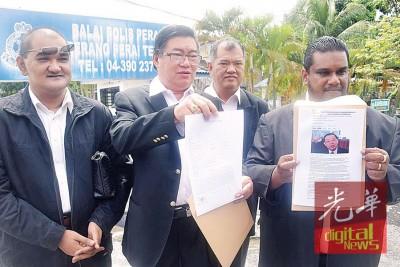 """范清渊(左2)针对""""林冠英建议砂州首长设下退出国阵的期限""""的言论报案。"""