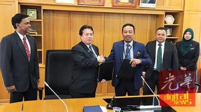 阿都拉新与野生动物保护局主席卡迪(右3)交换备忘录,左为凯云医生。