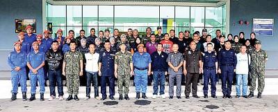 玻州14个执法机构顺利展开取缔非法活动后合影。前排左7为赛巴斯里。