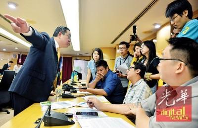 林冠英在记者会结束后,向记者进一步解释,并斥邓章耀不懂希联数年前,一直在收拾国阵留下的烂摊子。