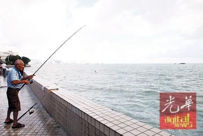 尽管旧关仔角海域出现较平时更大的海浪,不过爱好垂钓者照样前往该处钓鱼。