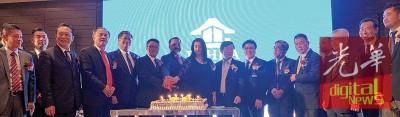 房地产商会槟分会进行切蛋糕礼仪,庆祝42周年纪念。