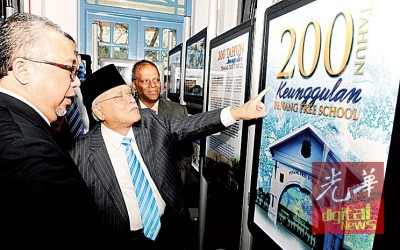 州元首阁下在陪同下参观大英义学历史展。