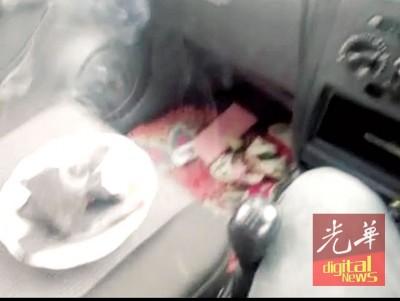 短片中显示,男子在车内驾座旁摆放一盘已燃烧,并冒烟的黑炭。